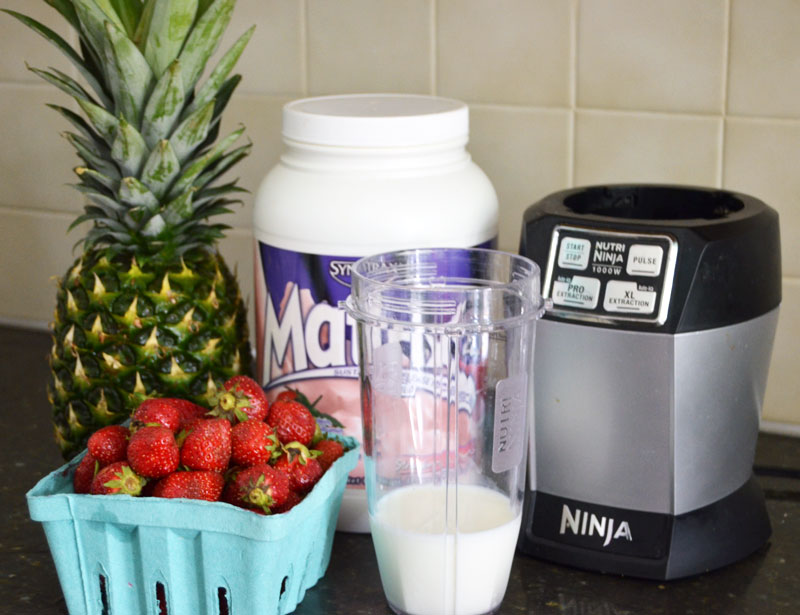 how to make healthy strawberry and pineapple protein smoothies