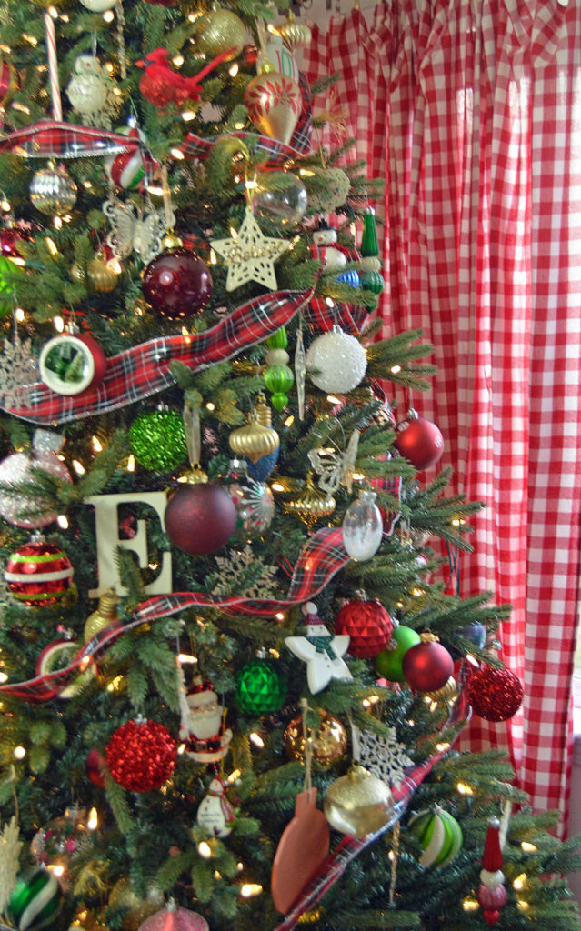 christmas-tree-with-curtains