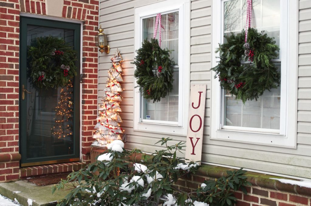 how to decorate a small front stoop for christmas - Decorating A Small Front Porch For Christmas