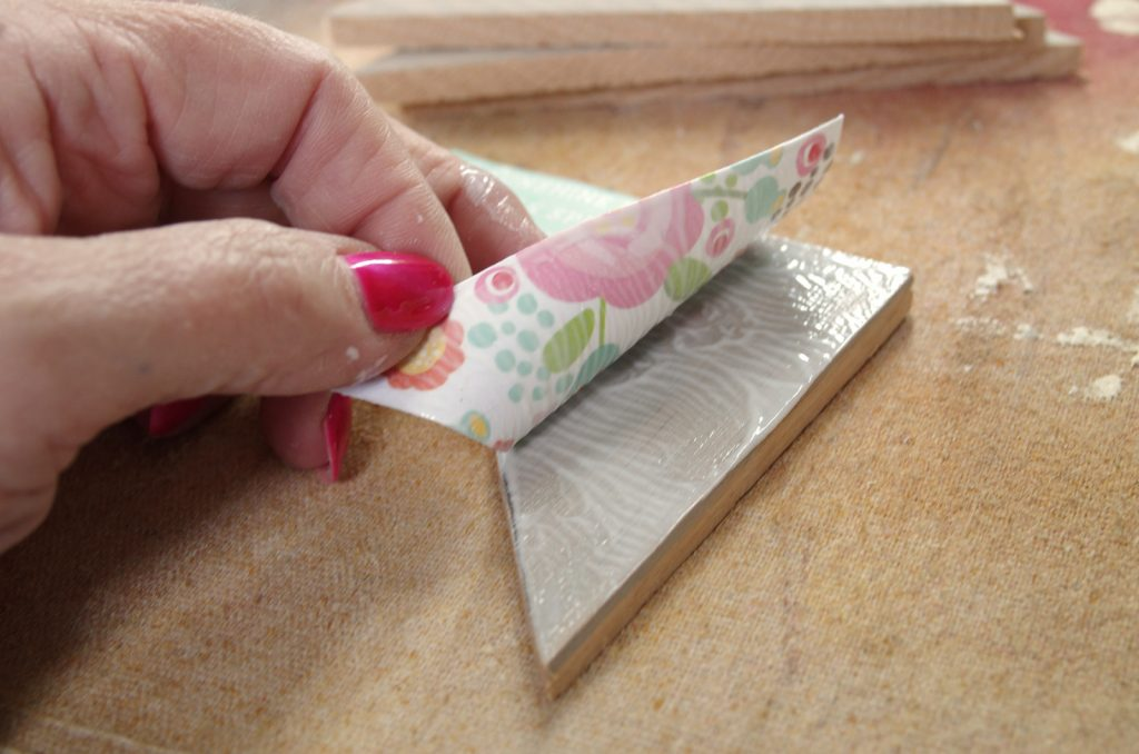 how to decoupage scrapbook paper to wood pieces to make a wooden quilt square