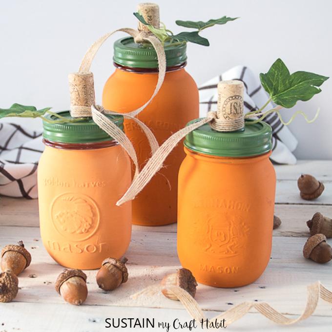 Mason Jar Crafts for the Fall: Pretty Pumpkin Decor